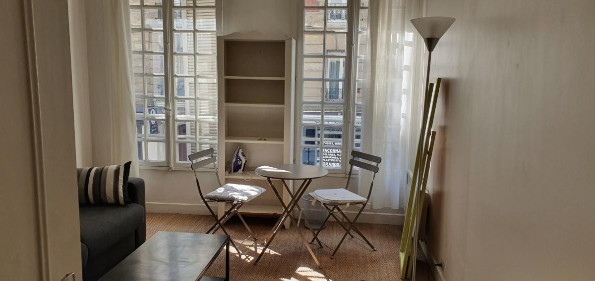 A LOUER - PARIS (75015) M° Commerce - 1/2 Pièce Meublé