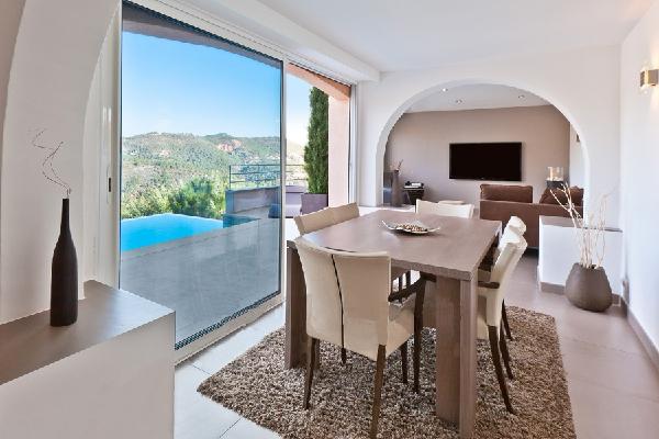 A VENDRE THEOULE SUR MER (06) villa moderne 5 pièces de 320 m² avec piscine chauffée